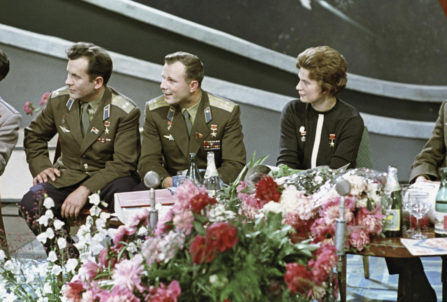Gwiazdy radzieckiego programu kosmicznego: Jurij Gagarin i Walentina Tierieszkowa w telewizji