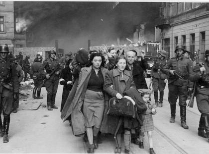 """Po powstaniu w getcie. Fotografia z Raportu Stroopa. Oryginalny niemiecki podpis: """"Siłą wydobyci z bunkrów"""""""