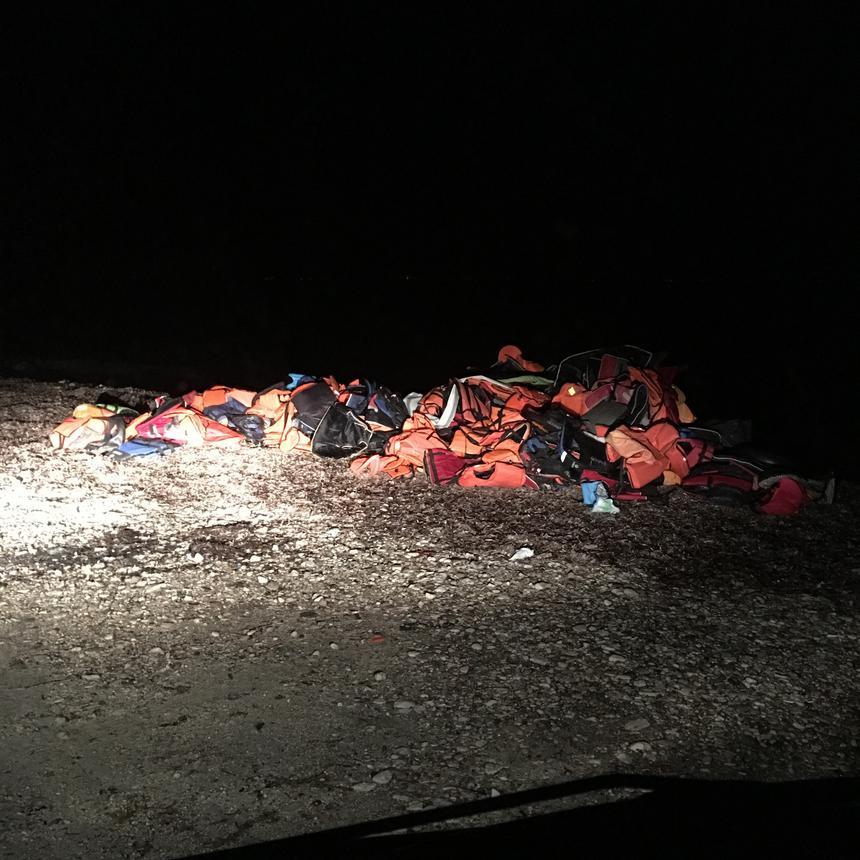 Stos porzuconych na greckim wybrzeżu kamizelek ratunkowych.