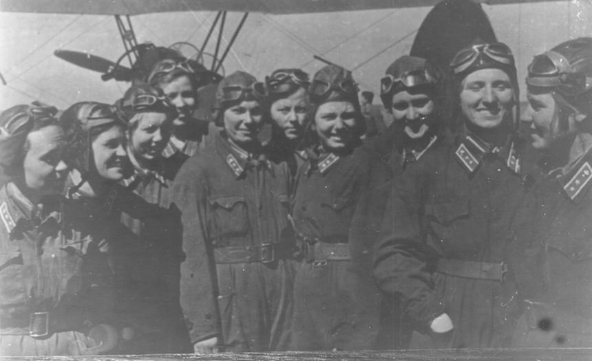Pilotki uczestniczące w paradzie lotnictwa w Tuszynie, rok 1938 i 1939. Katia Budanowa stoi druga z prawej.