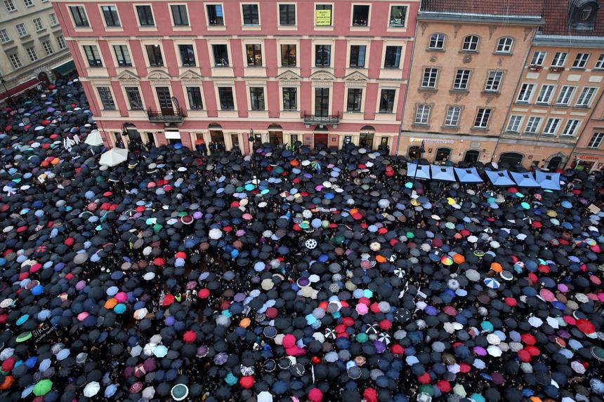 Tłumy manifestantów podczas demonstracji na pl. Zamkowym w Warszawie