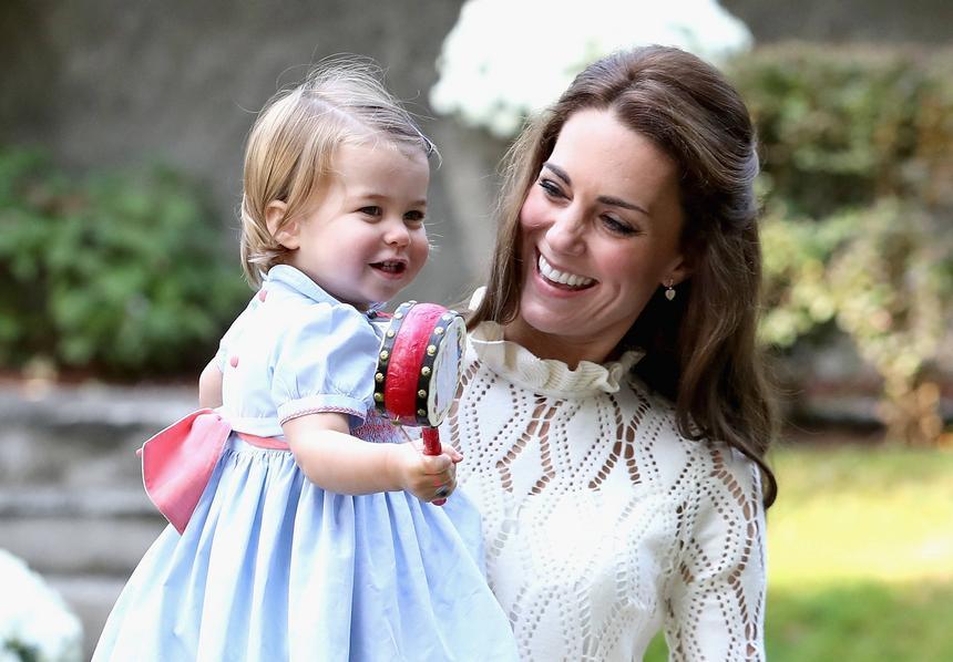 2016 rok. Księżna Catherine ze swoją córką – Karoliną Elżbietą Dianą