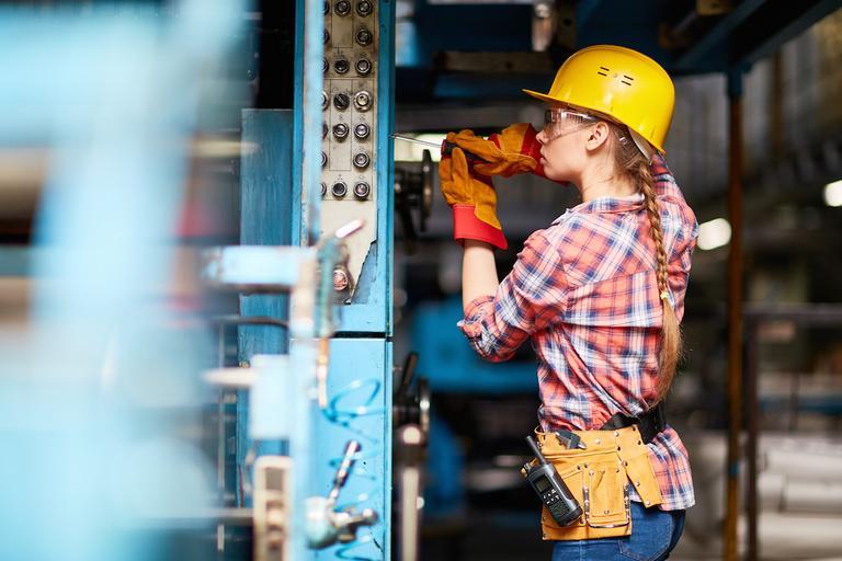 kobieta inżynier mechanik
