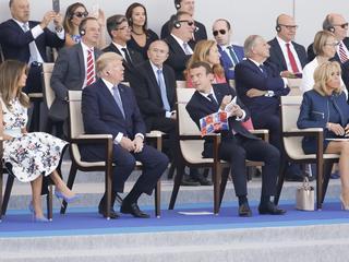 Daft Punk na bębnach. Tak paryska orkiestra witała prezydenta Trumpa. Triumfalna mina Macrona