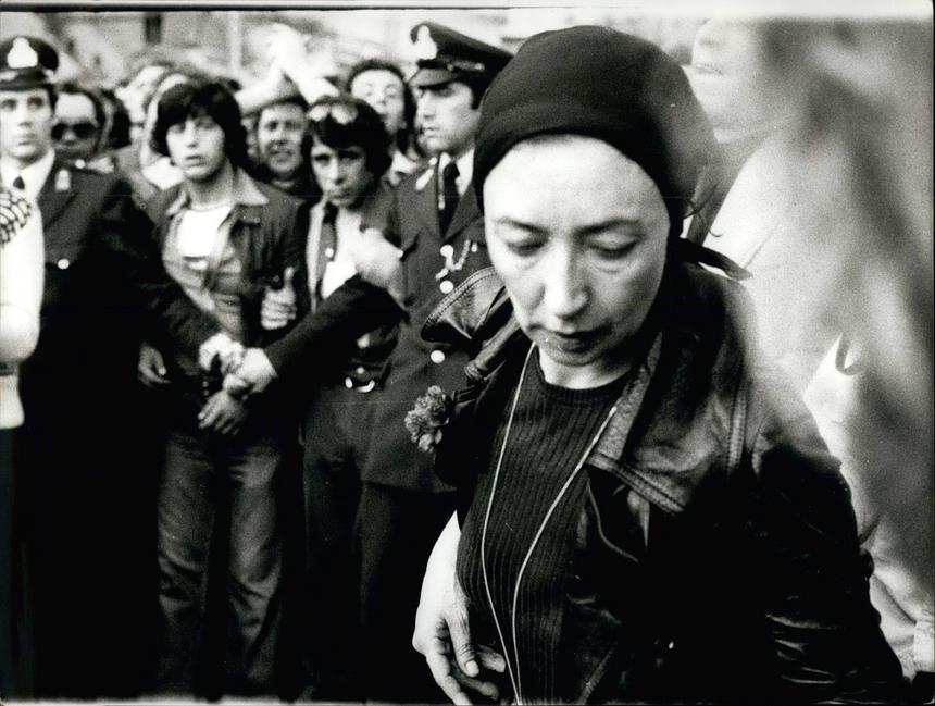 5 maja 1976 - Oriana Fallaci na pogrzebie Alexandrosa Panagoulisa