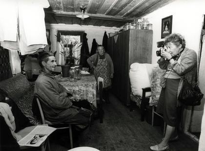 Fotografka znana była z niezwykłej życzliwości, dzięki której zdobywała sobie przychylność bohaterów, często przed fotografią spędzała w ich domach długie godziny.