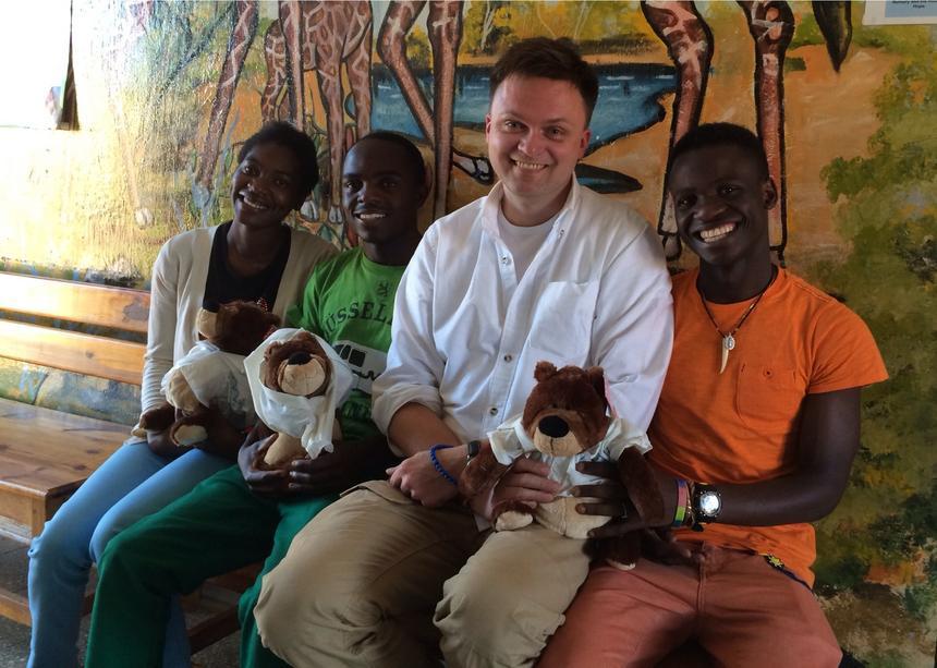 Szymon Hołownia z dziećmi, którym pomaga Fundacja Kasisi