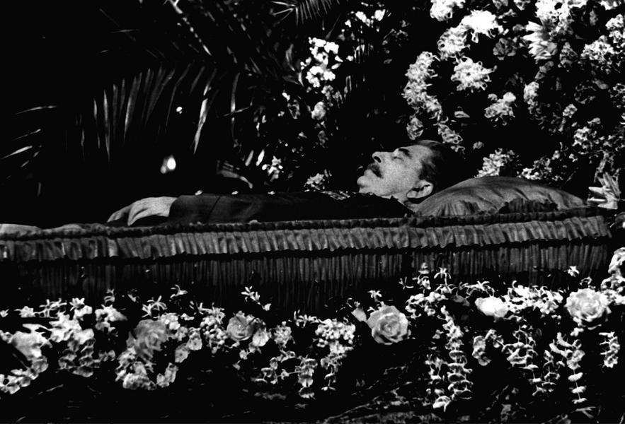 Józef Stalin w trumnie