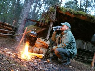 Jak przetrwać noc w lesie mając linkę i breloczek? Coraz więcej Polaków uprawia bushcraft