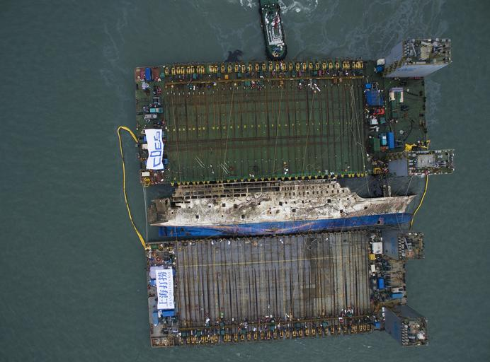 South Korea attempts to salvage the sunken Sewol ferry