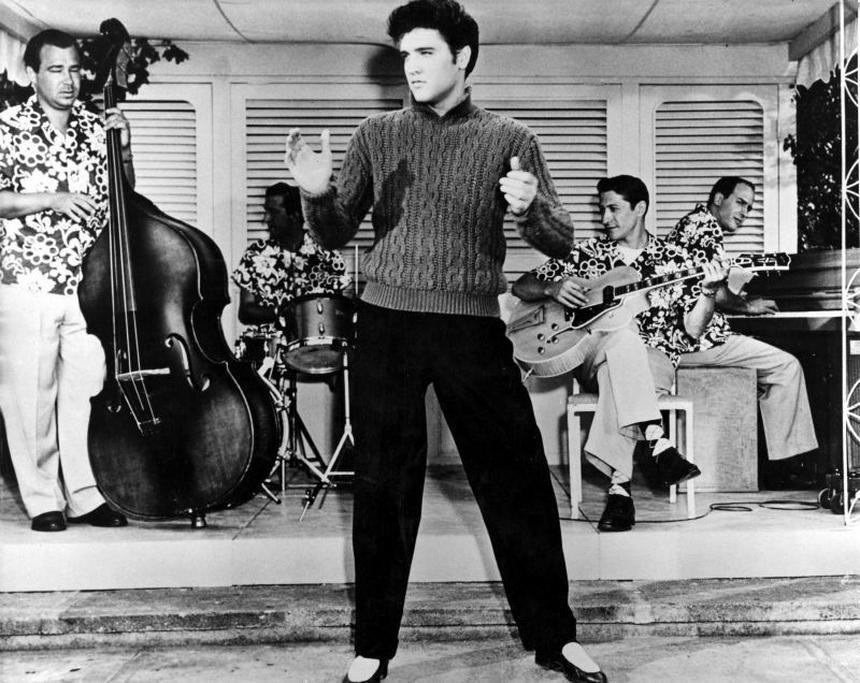 "Elvis Presley w filmie ""Jailhouse Rock"" z 1957 roku."