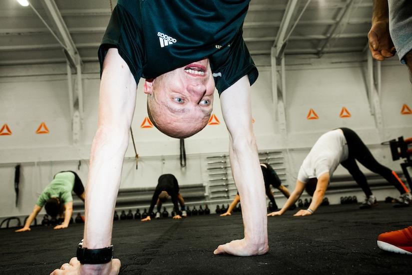 Dziennikarz Newsweeka Wojtek Staszewski w czasie treningu Reebok Crossfit fot. Marcin Kalinski / Newsweek