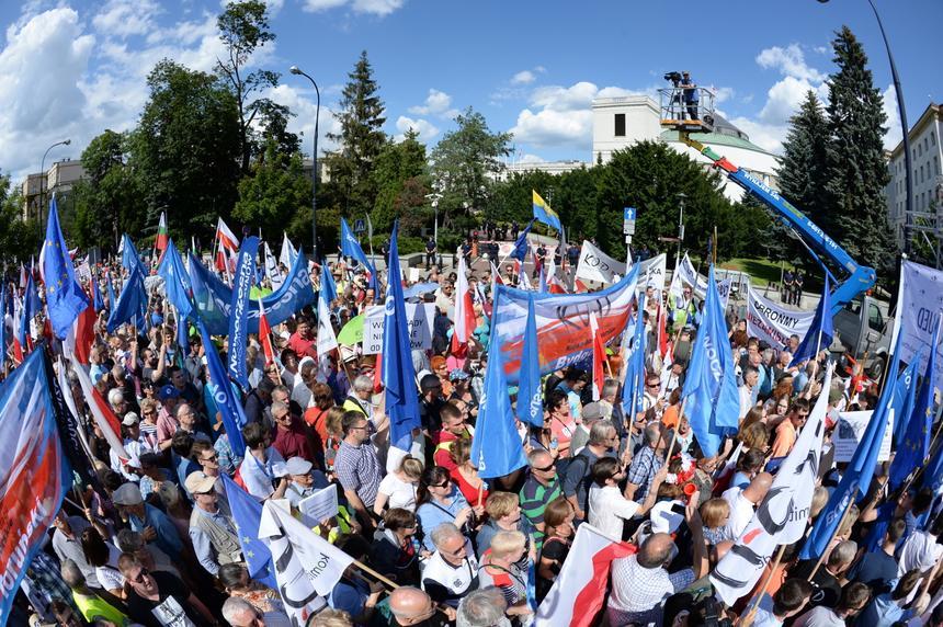 Warszawa, 16.07.2017. Pikieta Komitetu Obrony Demokracji