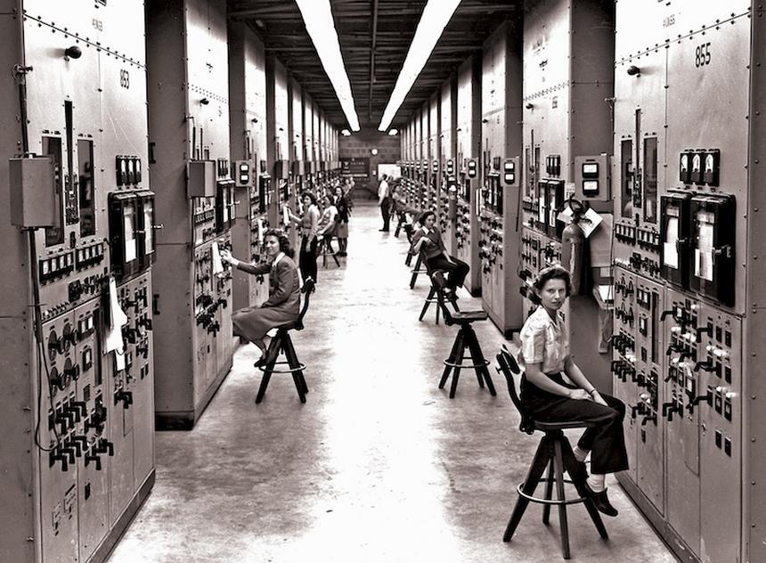 Kobiety do wirówek, czyli praca przy wzbogacaniu uranu w zakładzie w Oak Ridge w Tennessee (fot. Ed Westcott/American Museum of Science and Energy)