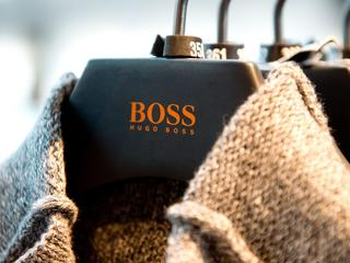 Brunatne koszule i granatowe garnitury od Hugo Bossa