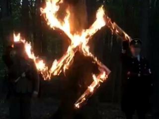 Sieg Heil, mundury Wehrmachtu i tort ze swastyką