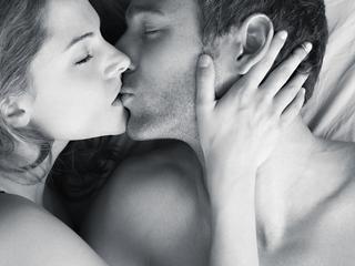 Kiedy mężczyzna na równi z kobietą pierze, gotuje i odkurza, staje się mniej atrakcyjny seksualnie