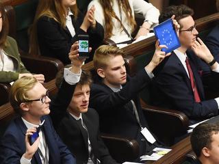 Uczmy młodych polityki – nie wojny plemion