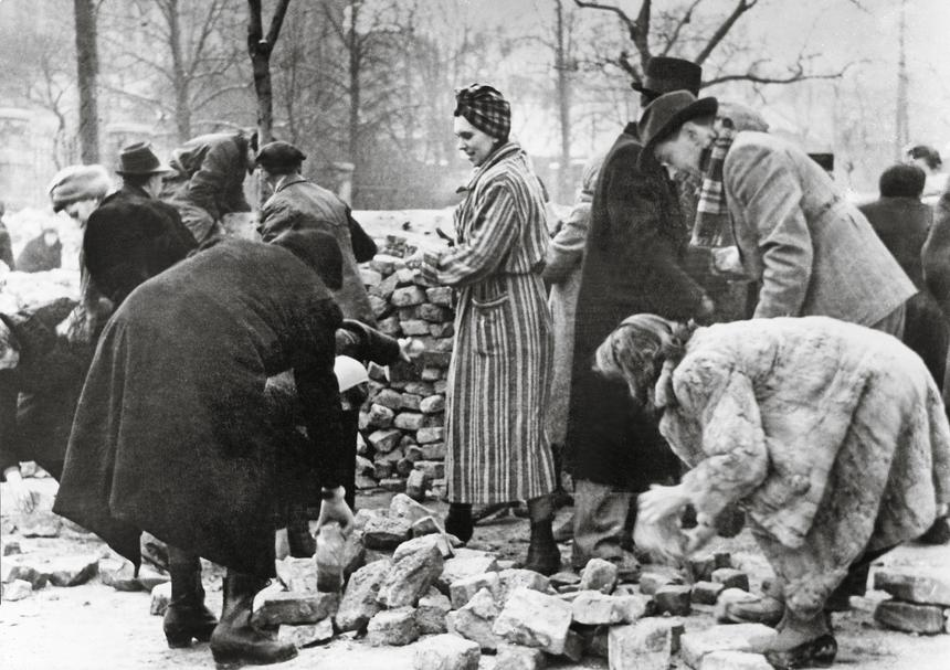 Walki o Budapeszt, cywile przy budowie barykady, zima 1945 r.