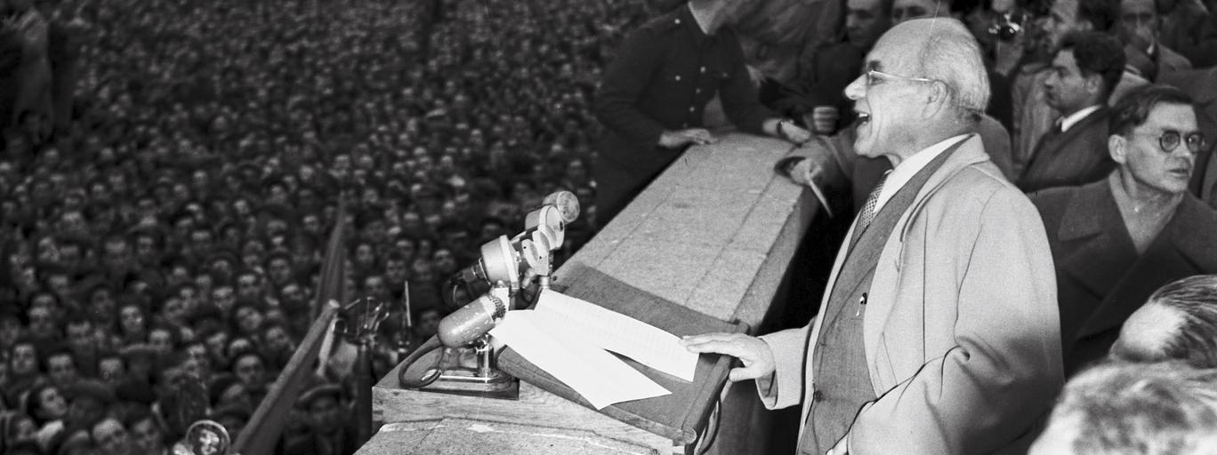 Władysław Gomułka przemawia na wiecu na placu Defilad