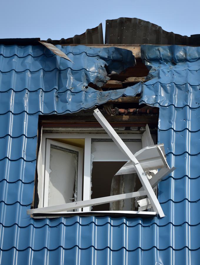 Łuck, Ukraina, 29.03.2017. Zniszczenia w budynku konsulatu Polski w Łucku.