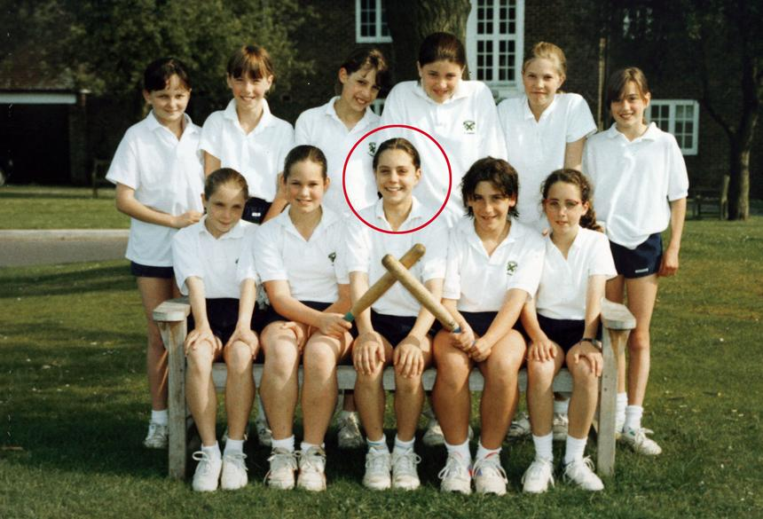Lata 1990-95. Kate Middleton na zdjęciu z koleżankami ze szkoły St Andrew's School w Pangbourne w hrabstwie Berkshire