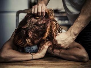 """Przez dwa lata trzymał żonę w piwnicy bił ją i gwałcił. Będzie śledztwo w sprawie """"polskiego Fritzla"""""""