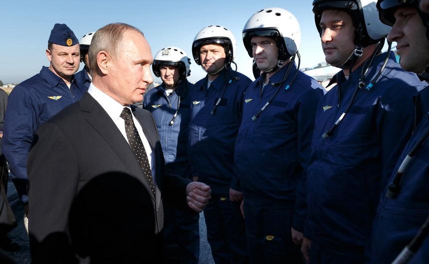 Władimir Putin rozmawia z pilotami myśliwców podczas wizyty w bazie lotniczej Humajmim w syryjskiej prowincji Latakia.
