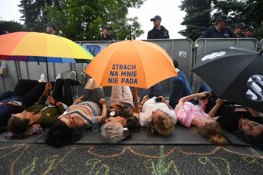 Demonstranci przed Sejmem leżeli przed barierkami przed głosowaniem ustawy o Sądzie Najwyższym