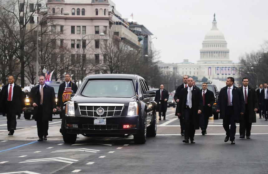 Inauguracja Donalda Trumpa. Agenci Secret Service towarzyszą limuzynie prezydenta w czasie parady po zaprzysiężeniu