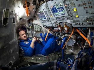 Zdjęcia ze stacji kosmicznej pokazują zwykle astronautów uśmiechniętych i pełnych wigoru