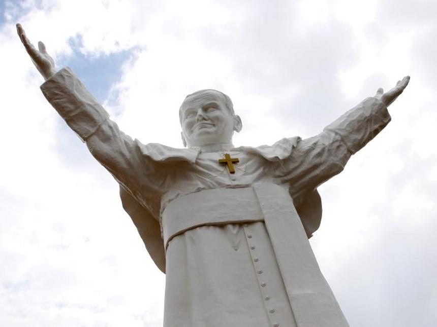 Pomnikomania to jeden z przejawów polskiego kultu papieża. Na zdjęciu częstochowski pomnik Jana Pawła II (fot.PAP/Waldemar Deska)