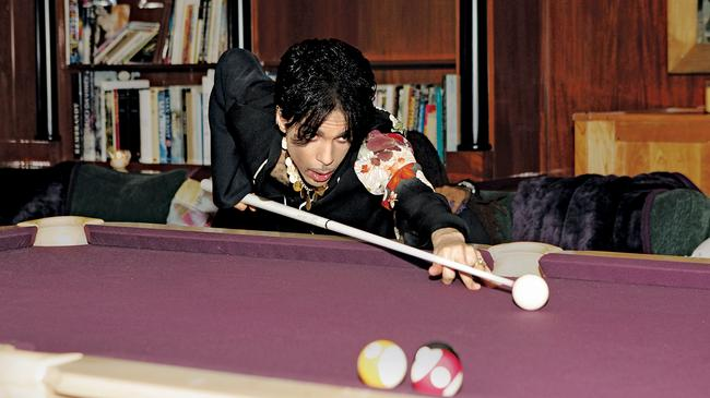 Prince gra w bilard