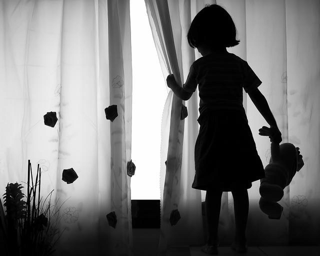 dziecko smutek bicie dzieci przemoc domowa