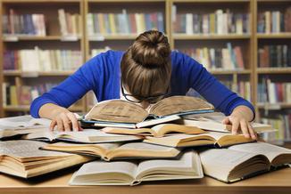 Raport: Polacy książek już prawie nie czytają. A jeśli po coś sięgają...