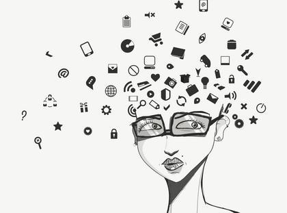 kobieta laptop komputer internet media społecznościowe