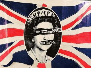 """""""God Save The Queen"""", czyli punk i moda. Historia koszulki, która stała się symbolem buntu"""