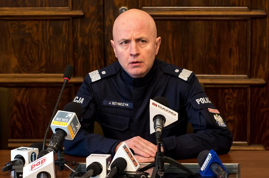 Komendant Główny Policji Jarosław Szymczyk podczas konferencji prasowej we Wrocławiu. Briefing dotyczył akcji policji wobec próby włamania do bankomatu, podczas której zginął policjant, a trzech zostało rannych. Do zdarzenia doszło w miejscowości Wisznia Mała.