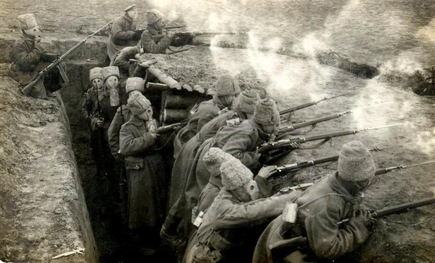 Rok 1916. Rosyjscy żołnierze na froncie wschodnim prowadzą ostrzał ubrani w maski gazowe