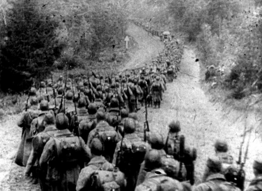 Kolumny piechoty sowieckiej wkraczające do Polski 17.09.1939