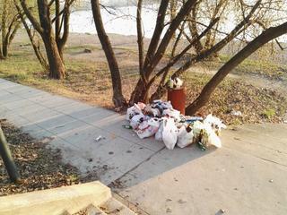 To zdjęcie pokazuje, jak nadwiślańskie bulwary toną w śmieciach. Czy musi tak być?