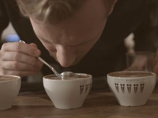Zaparz kawę jak w najlepszej kawiarni. Posłuchaj, jak robi to barista