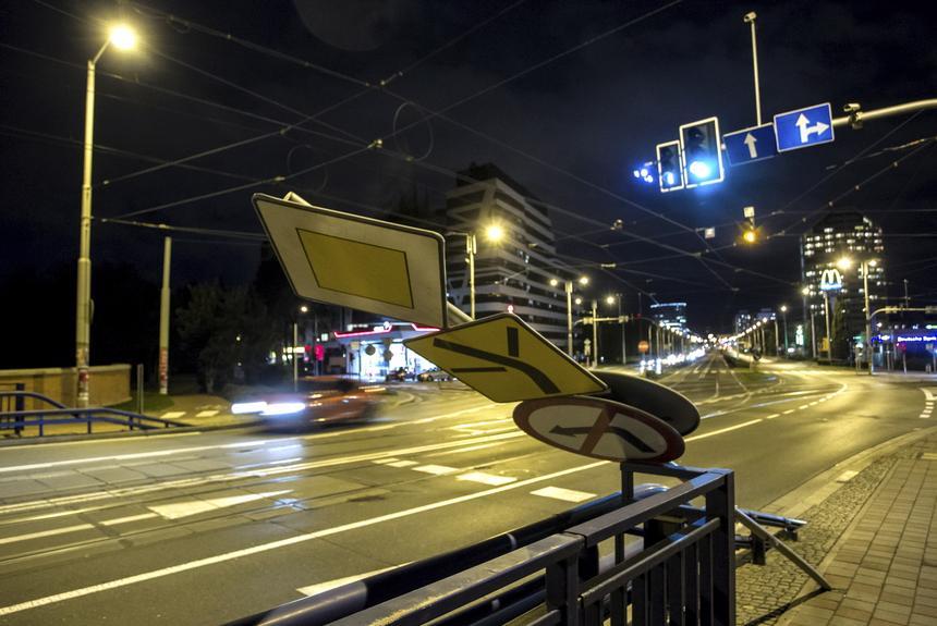 Uszkodzony znak drogowy po przejściu wichury nad Wrocławiem