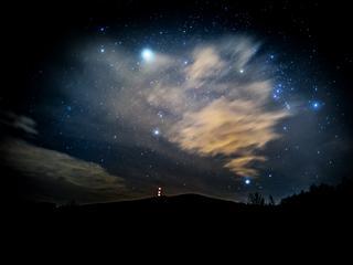 """Lecą Perseidy. Gdzie, kiedy i jak obserwować """"spadające gwiazdy""""?"""