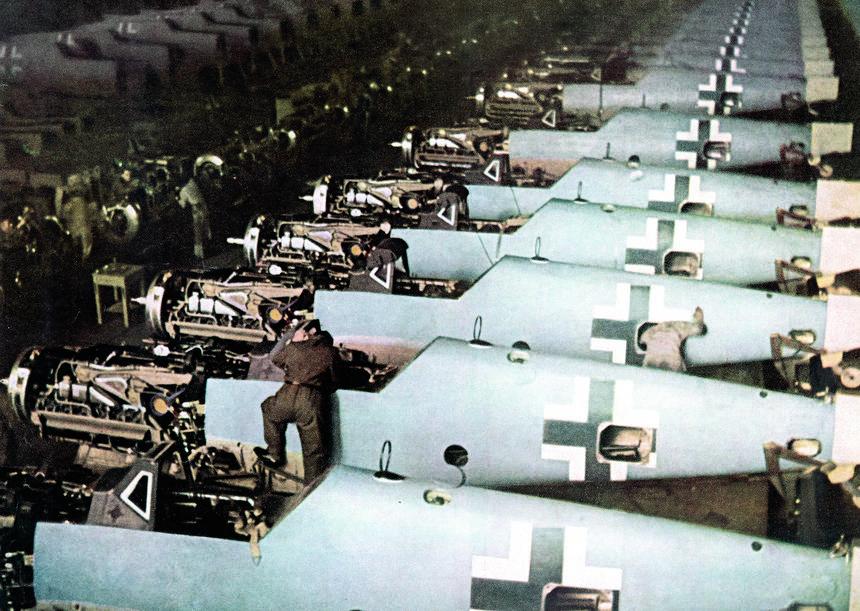 Fabryka samolotów Messerschmitt, linia produkcyjna myśliwców Bf 109, Augsburg, 1943 r.