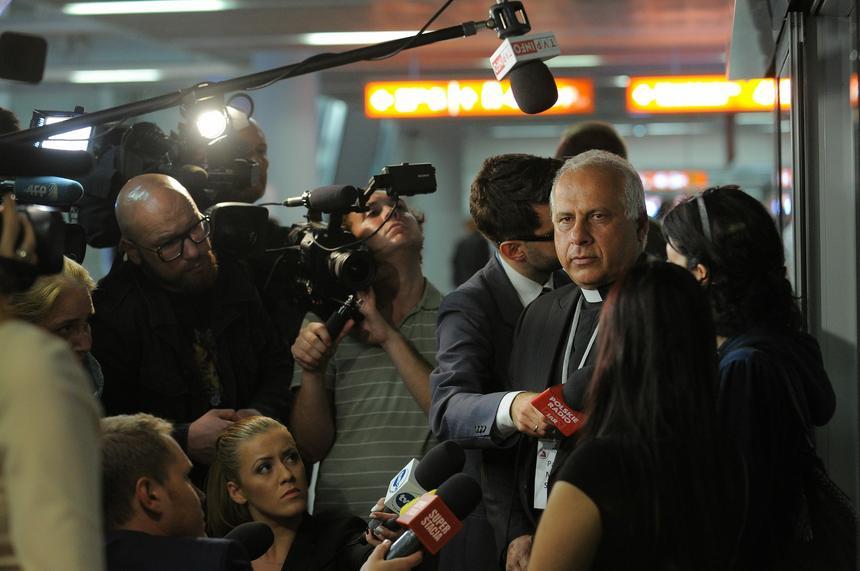 Pastor Moner Shaded z fundacji Estera rozmawia z dziennikarzami. Grupa 50 rodzin syryjskich chrześcijan na lotnisku Okęcie w Warszawie po przylocie wyczarterownym samolotem z Bejrutu.