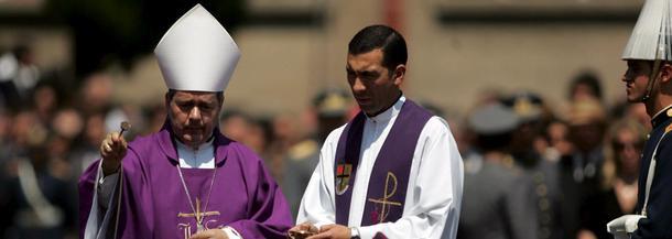 Biskup polowy Juan Barros Madrid (L) błogosławi trumnę ze zwłokami byłego dyktatora Chile Augusto Pinocheta