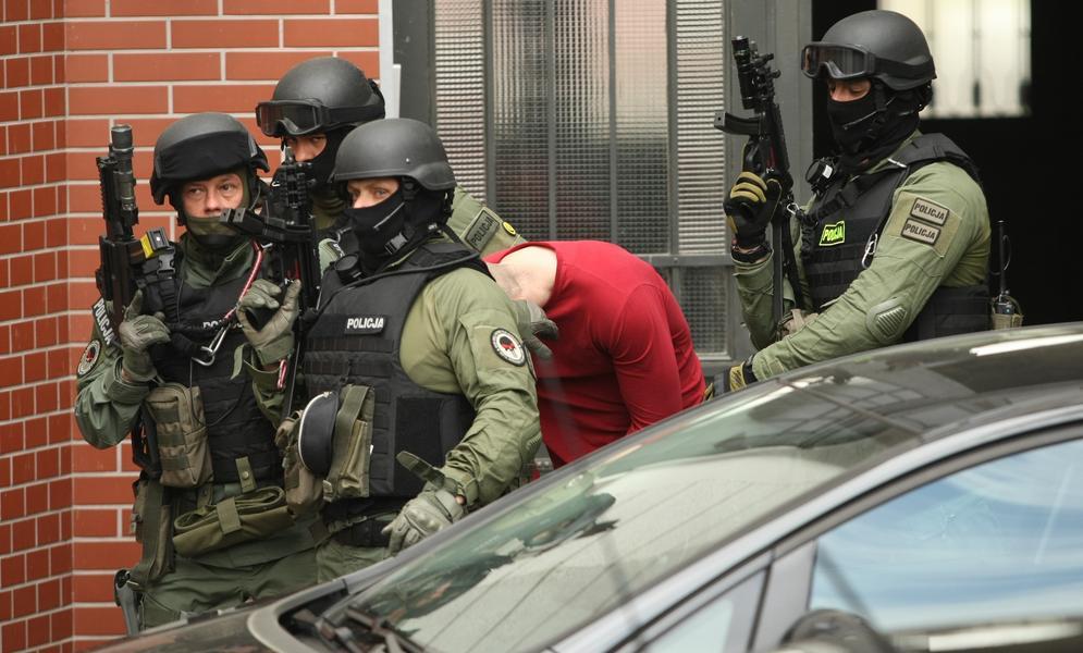 Doprowadzenie do prokuratury oskar?onego o pod?o?enie bomby w autobusie