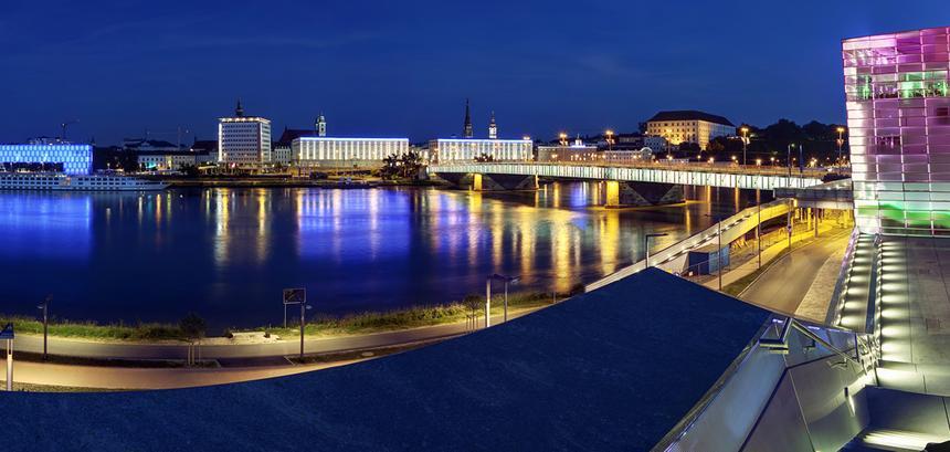 Nocny widok na Linz znad Dunaju.