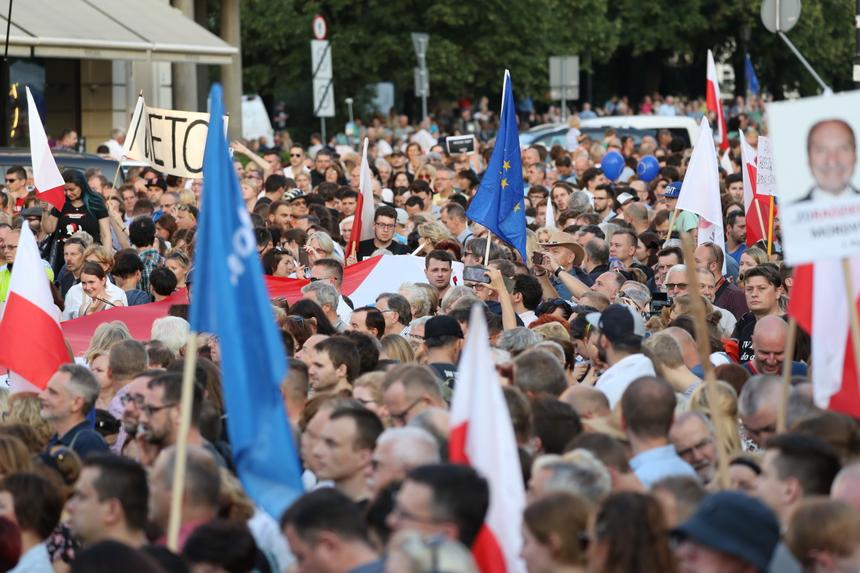 Tłumy na proteście przeciwko zamachowi PiS na sądy